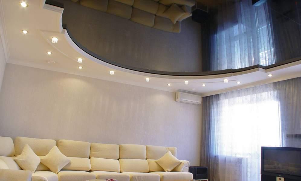 Глянцевый потолок очень эффектно смориться в интерьере