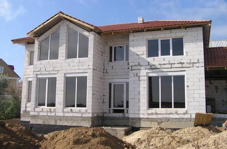 Сумма, затраченная на строительство, во многом будут зависеть от площади дома и выбранных материалов.