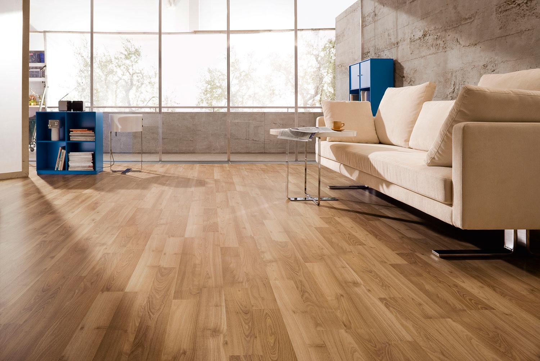 Ламинат очень популярен в качестве напольного покрытия в квартирах.