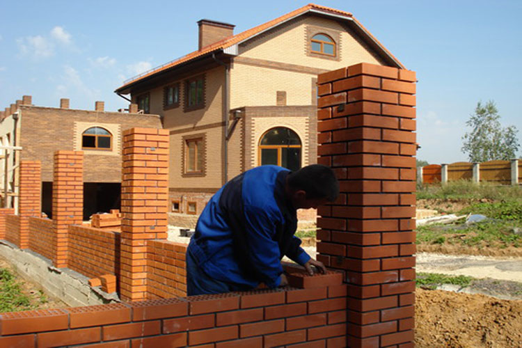 Возведение стен кирпичного дома