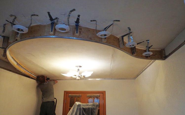 Установка светильников для натяжного потолка