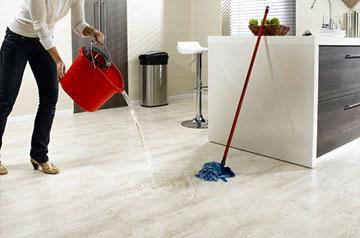 Влажная уборка в кухне пола из линолеума