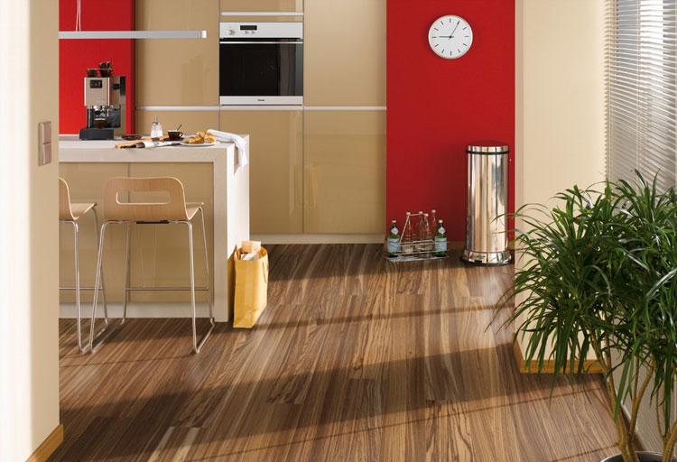 Линолеум в кухне с текстурой дерева