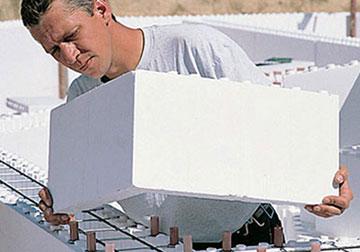 Установка блока опалубки из пенополистирола