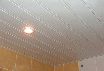 Реечный потолок со светильником в ванной