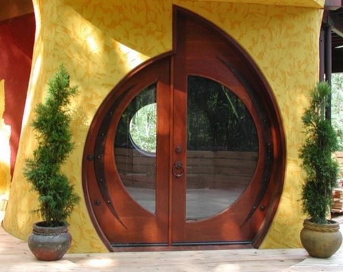 Круглая входная пластиковая дверь