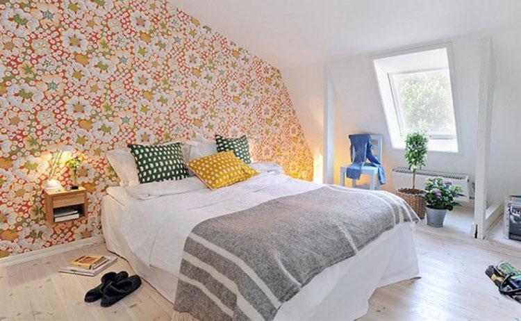 Стена с жидкими обоями в спальне