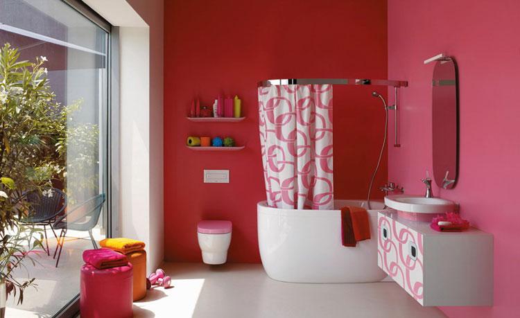 Большая ванная с жидкими обоями на стенах