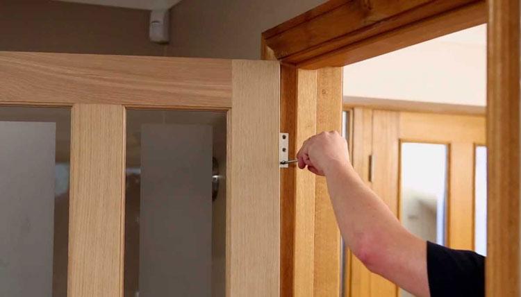 Установка коробки и регулировка петель двери