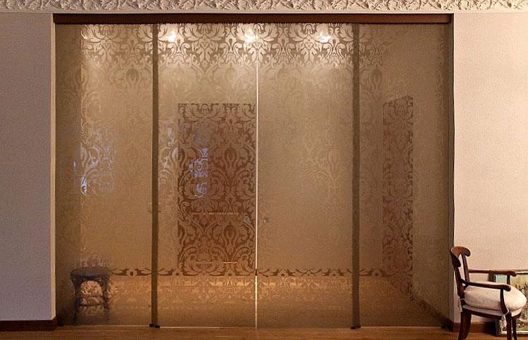 Стеклянная дверь с пескоструйным нанесением рисунка