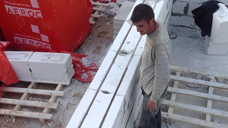 Ukladka armaturnogo karkasa dlja steny iz gazosilikata