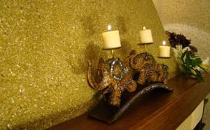 Жижкие обои на стене гостиной